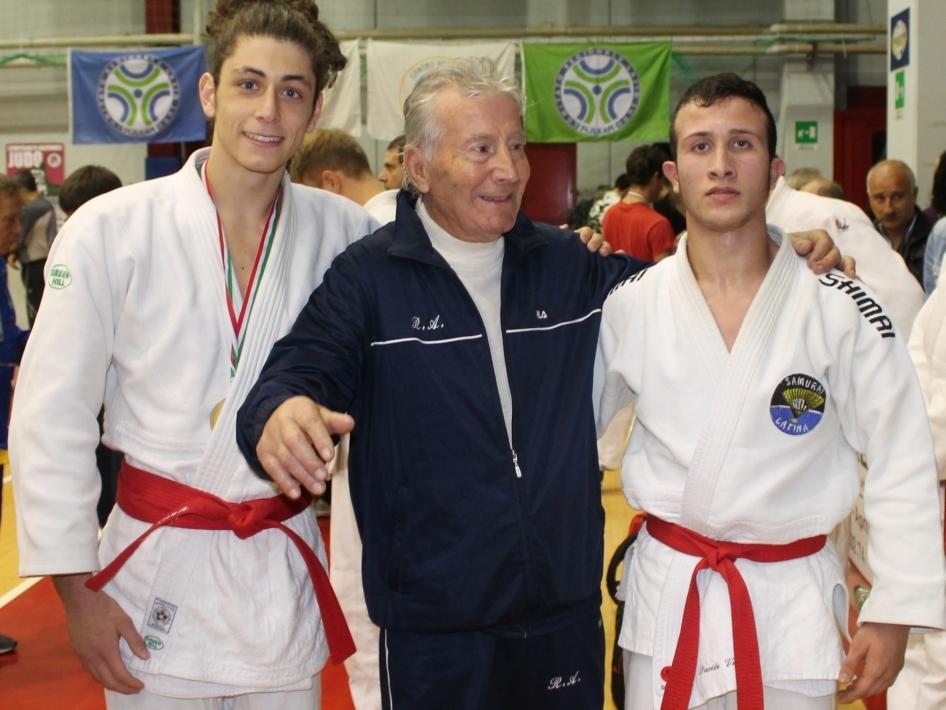 Il Maestro Renato Argano, 7° Dan, fra Luca Cardinali e Davide Vargiu (17-11-2013)